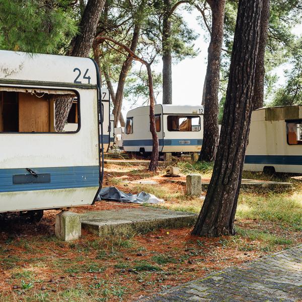 Verwitterte und zerstörte Wohnwagen auf einem verlassenen Campingplatz an der Cikat-Bucht auf der Insel Lošinj, Kvarner Bucht, Kroatien
