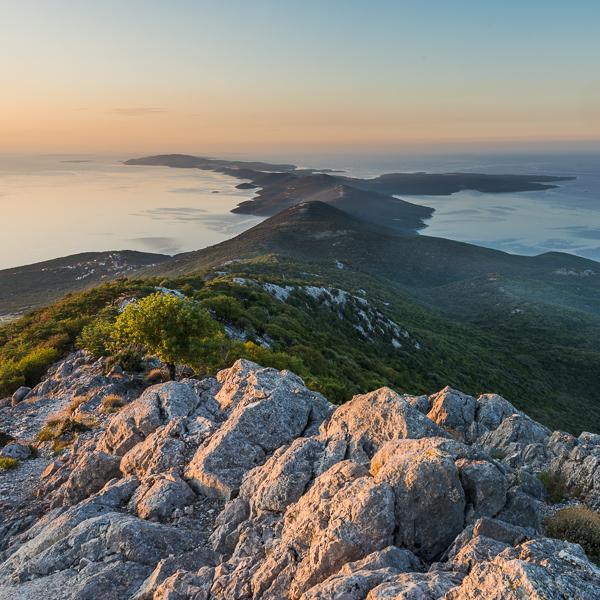 Blick von der Kapelle Sv. Mikul auf dem Osoršćica Gebirge auf den Sonnenaufgang über der Insel Lošinj, Kvarner Bucht, Kroatien
