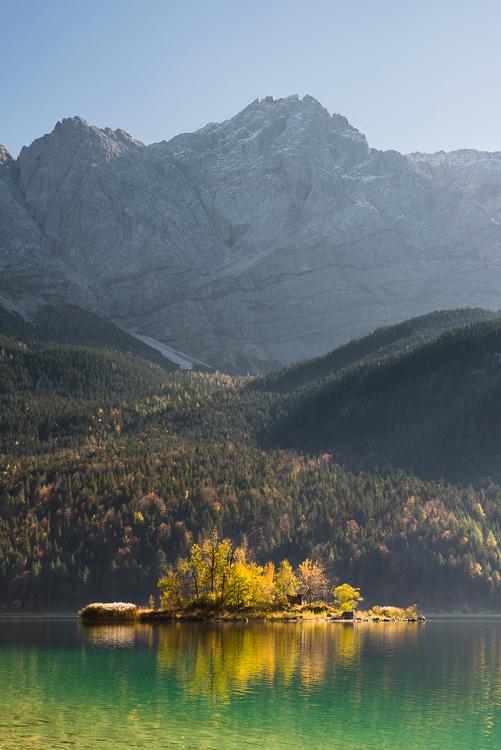 Maximiliansinsel im Eibsee vor der Felswand und dem Gipfel der Zugspitze im Wettersteingebirge im Herbst, Bayern, Deutschland