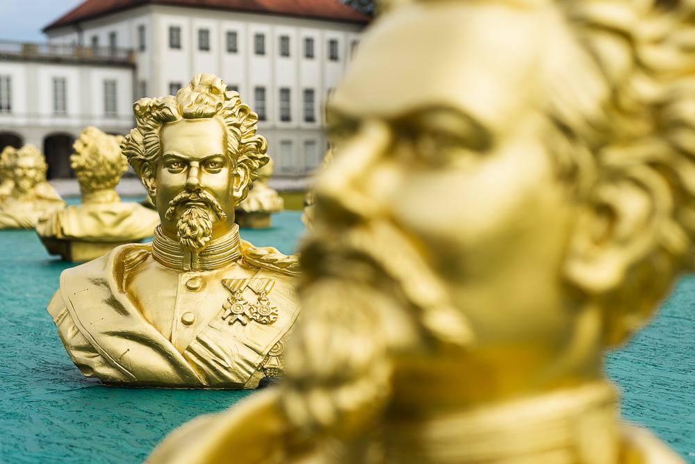 Büsten mit dem Kopf von König Ludwig II der Kunstintallation von Ottmar Hörl im Schlosspark Nymphenburg, Bayern, Deutschland