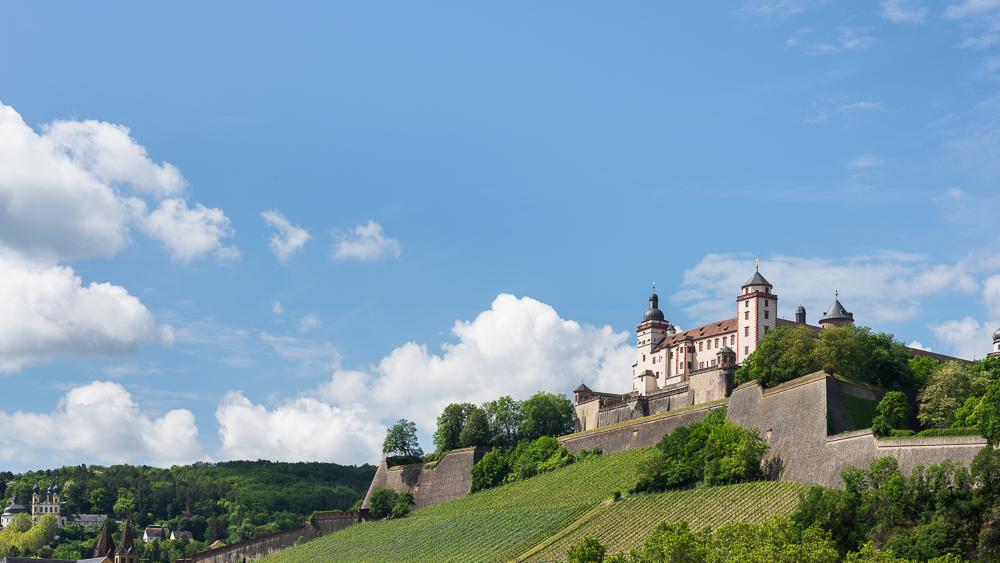 Blick von der alten Mainbrücke auf die Festung Marienberg in Würzburg, Bayern, Deutschland
