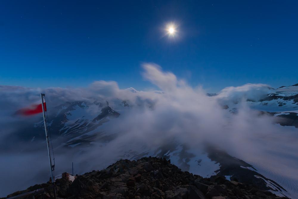 Wolken ziehen über den Übeltalferner bei Mondlicht, Becherhaus, Stubaier Alpen, Südtirol, Italien