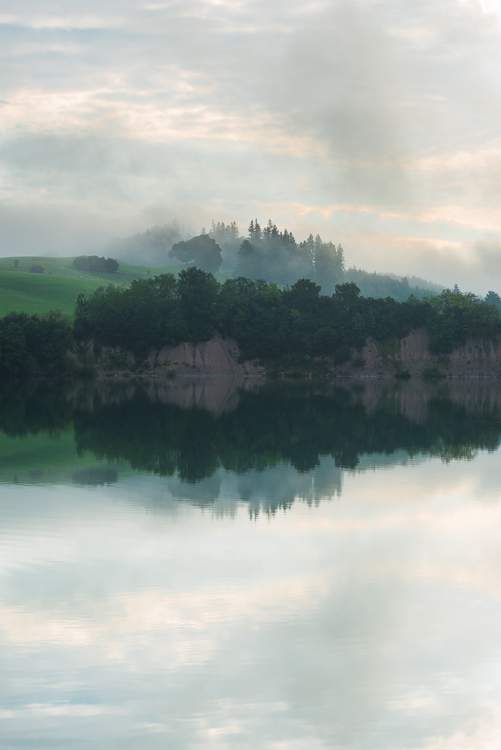 Nebelschwaden und Wolken ziehen bei Sonnenaufgang über den Forggensee, Allgäu, Bayern, Deutschland