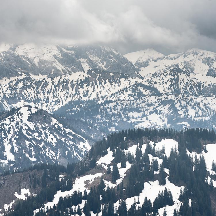 Blick vom Jägerkamp auf die noch schneebedeckten bayrischen Alpen im Frühling