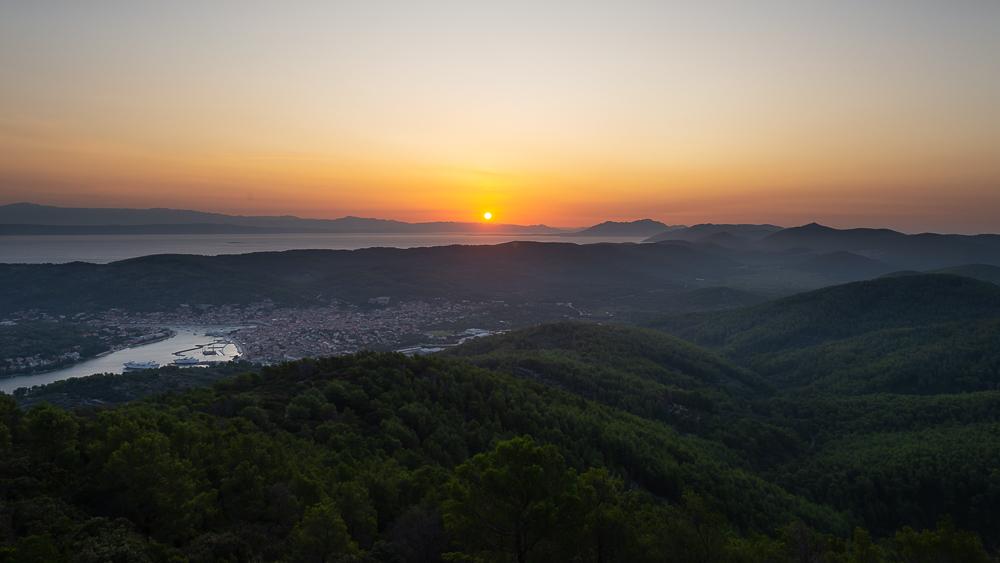Sonnenaufgang über der Insel Korčula, der Halbinsel Pelješac und der kroatischen Riviera von Makarska vom Berg Hum bei Vela Luka, Korčula, Kroatien