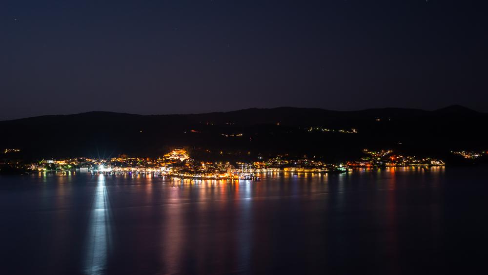 Blick auf die nächtlich beleuchtete mittelalterliche Altstadt von Korcula vom Aussichtspunkt am Franziskanerkloster bei Orebic, Halbinsel Peljesac, Dalmatien, Kroatien