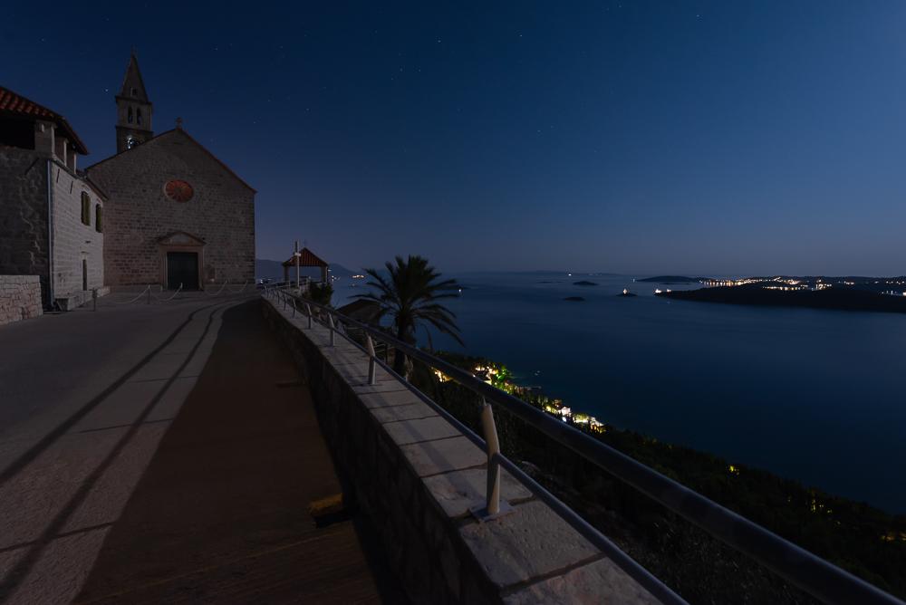 Das Franziskanerkloster bei Orebic auf der Halbinsel Pelješac im nächtlichen Mondlicht vor der Insel Korcula, Dalmatien, Kroatien