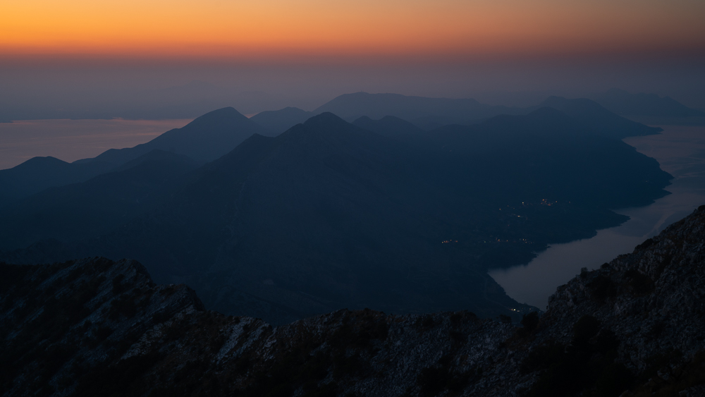 Dämmerung über dem Gipfel des Berges Sv.Ilija auf der Halbinsel Pelješac und der Küste des kroatischen Festlands, Süddalmatien, Kroatien
