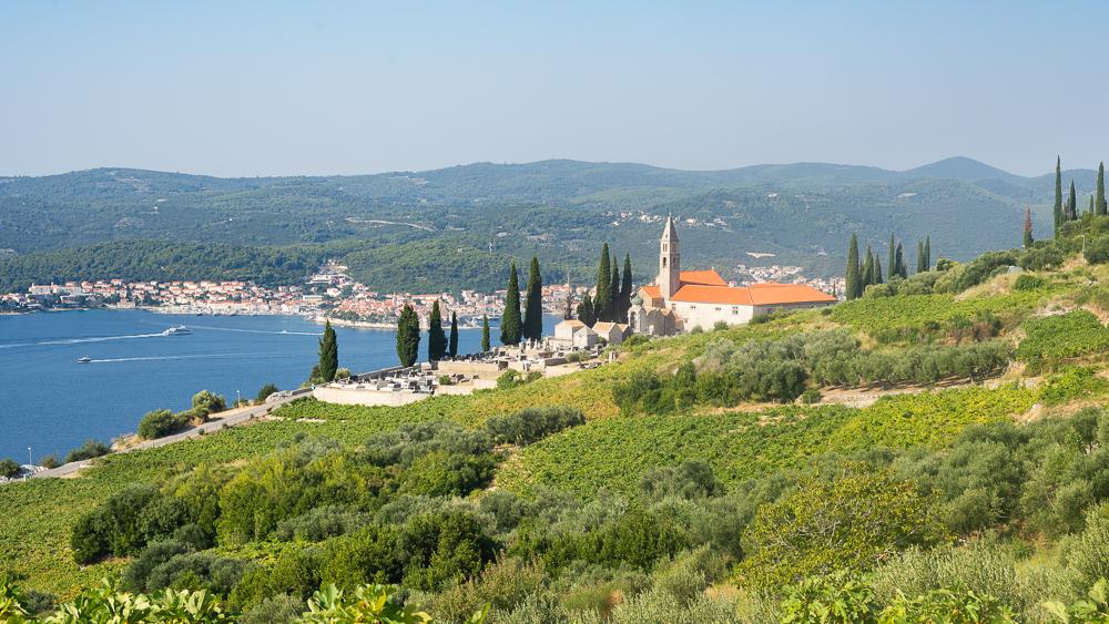 Das Franziskanerkloster Gospe od Anđela oberhalb Orebic zwischen Obstplantagen, Weinbergen und Olivenhainen mit Blick auf Korcula, Dalmatien, Kroatien