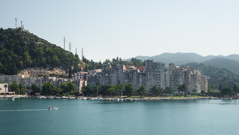 Hochhaus-Siedlung aus Beton am Hafen von Ploce an der kroatischen Adriaküste