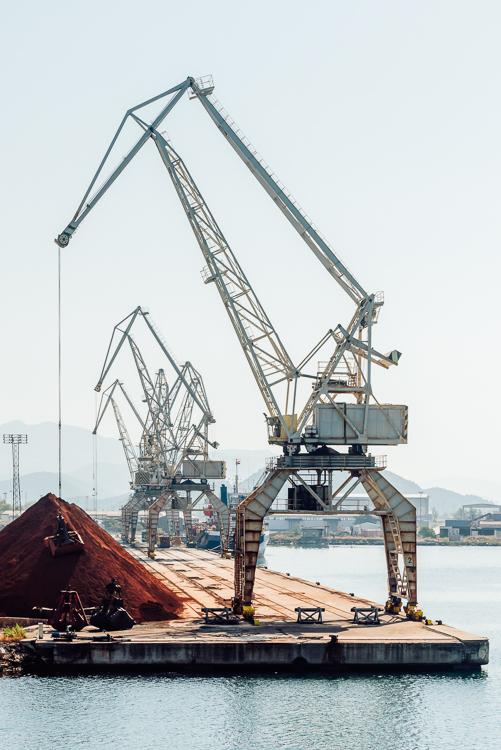 Verladekran an einem Verladepier im Hafen von Ploče, Dalmatien, Kroatien