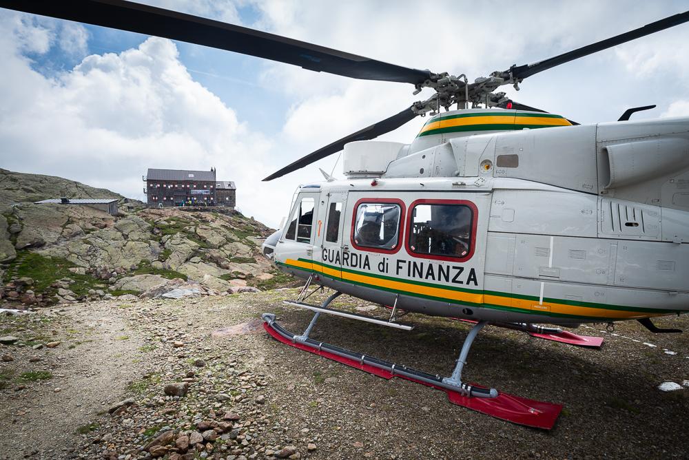 Helikopter landet an der Teplitzer Hütte im Ridnauntal, Stubaier Alpen, Südtirol, Italien