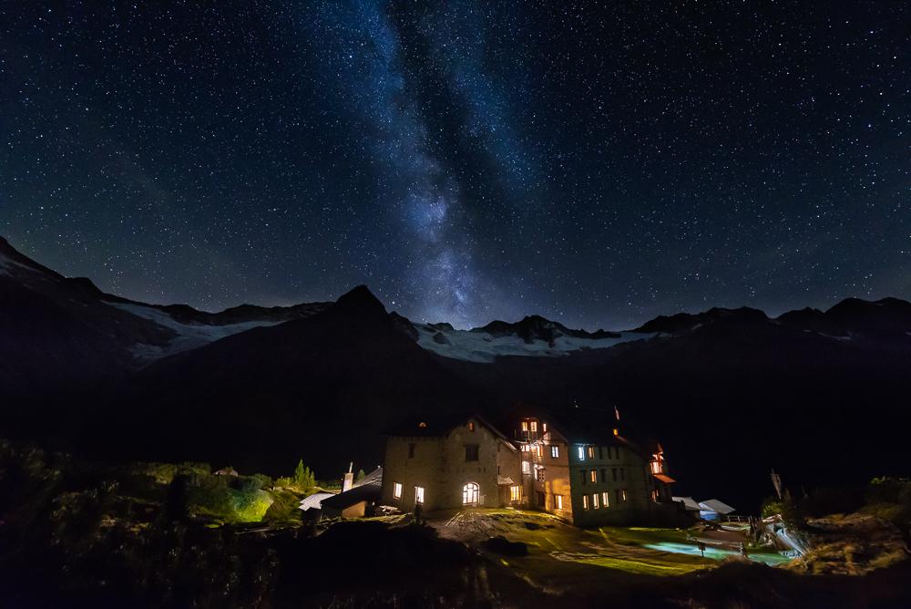 Sternenhimmel mit der Milchstraße über der Berliner Hütte und den Berggipfeln, Zillertal, Tirol, Österreich