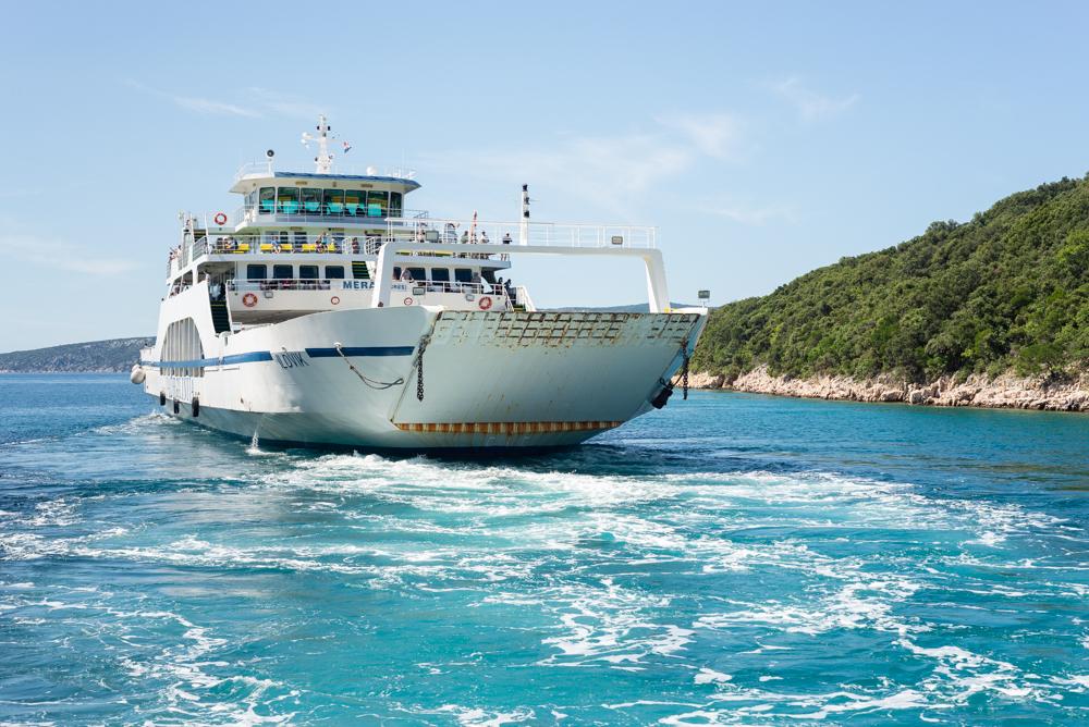 Autofähre nach Cres verlässt den Hafen Valbiska auf Krk, Kvarner Bucht, Kroatien