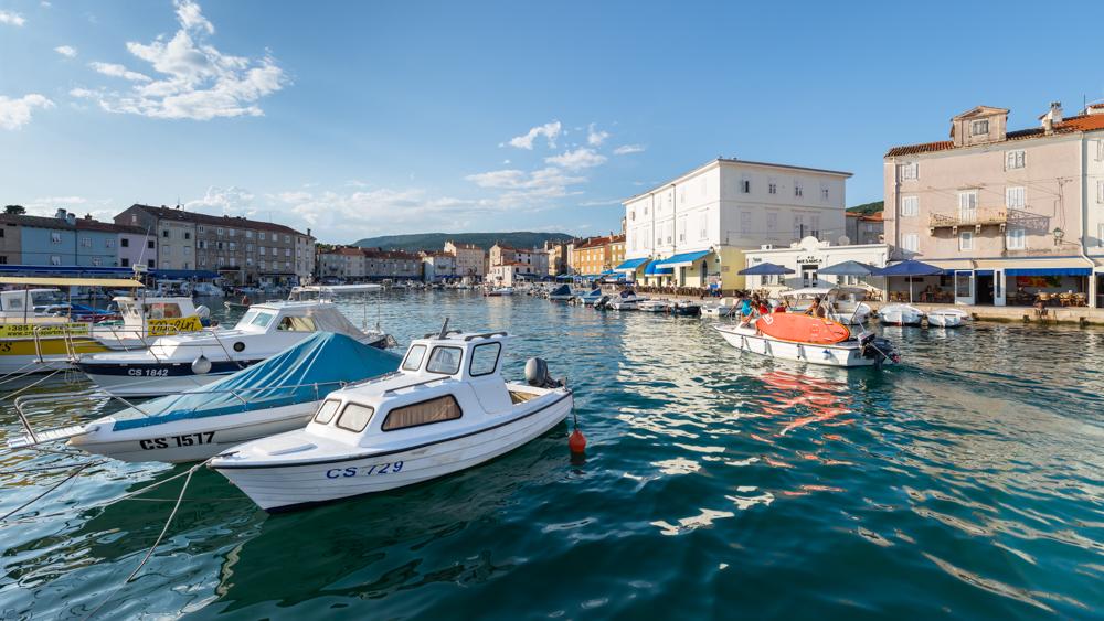 Motorboote, Segelboot und Yachten im Hafen der Altstadt von Cres mit Cafes und Restaurants in der Abendsonne, Cres, Kvarner Bucht, Kroatien