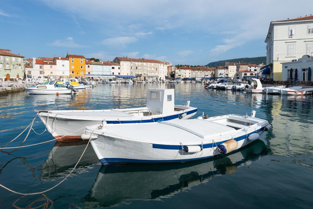 Boote im Hafen der Altstadt von Cres mit Cafes und Restaurants in der Morgensonne, Cres, Kvarner Bucht, Kroatien