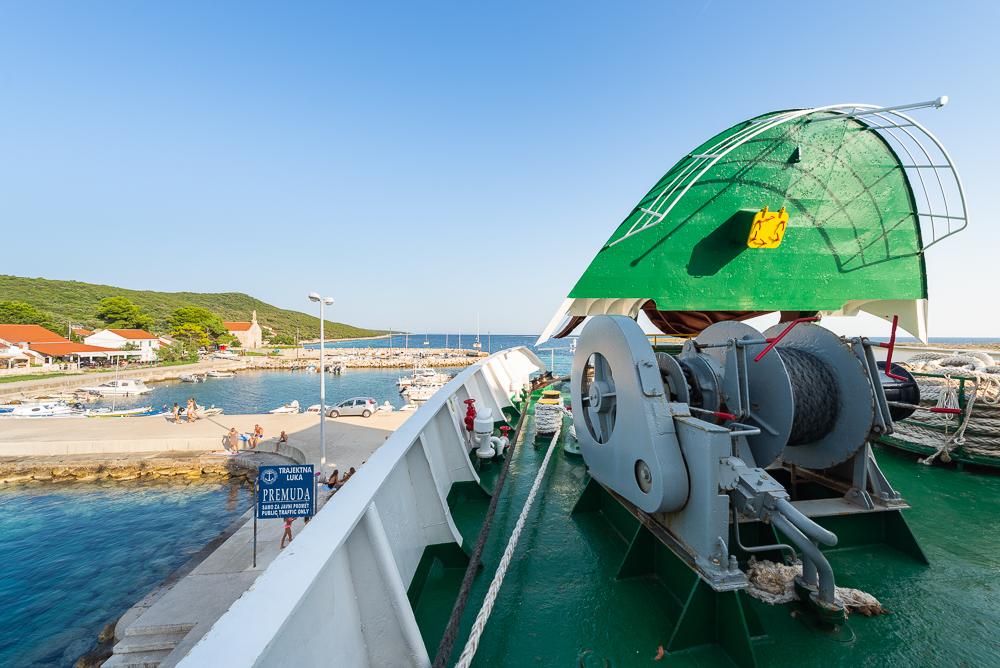 Eine Autofähre steht mit hochgeklapptem Bug am Anleger der Insel Premuda, Kroatien