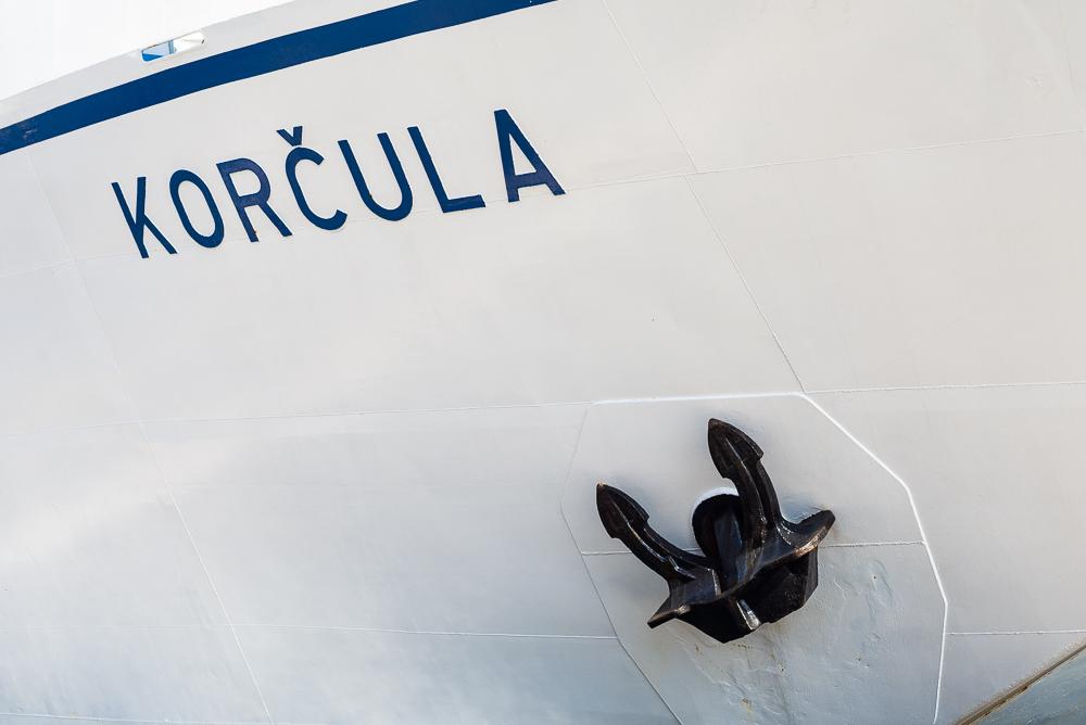 Der Schriftzug Korčula am Bug des Fährschiffs im Hafen von Split verrät das nächste Ziel unserer Reise