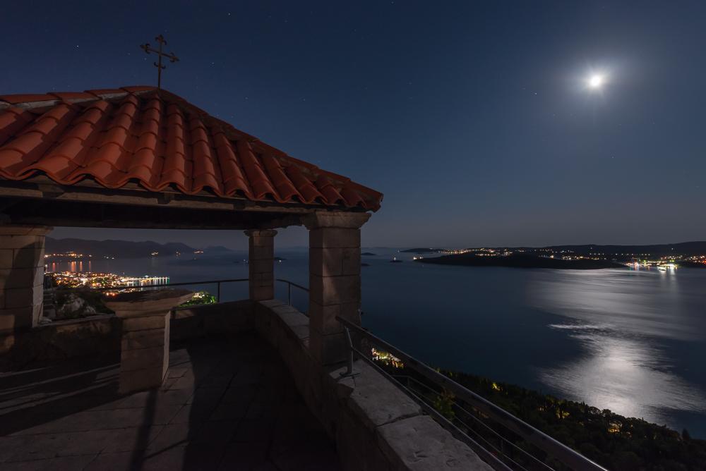 Blick von der Loggia am Franziskanerkloster bei Orebic über den Kanal von Pelješac auf die Insel Korcula im Mondlicht, Dalmatien, Kroatien