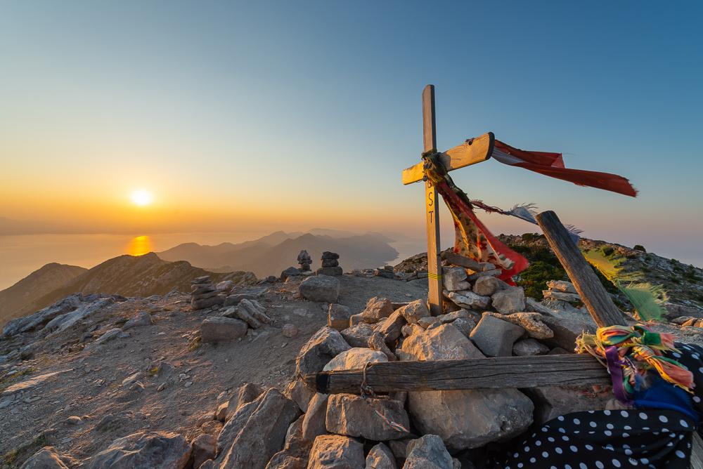 Das Gipfelkreuz auf dem Gipfel des Berges Sv. Ilija auf der Halbinsel Pelješac vor der aufgehenden Sonne, Süddalmatien, Kroatien