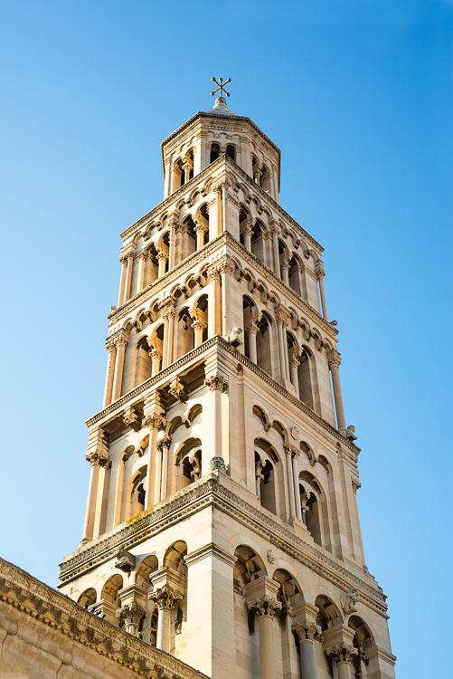 Turm der Kathedrale des heiligen Domnius von Split im ehemaligen Palast des Kaiser Diokletian im Morgenlicht, Split, Kroatien