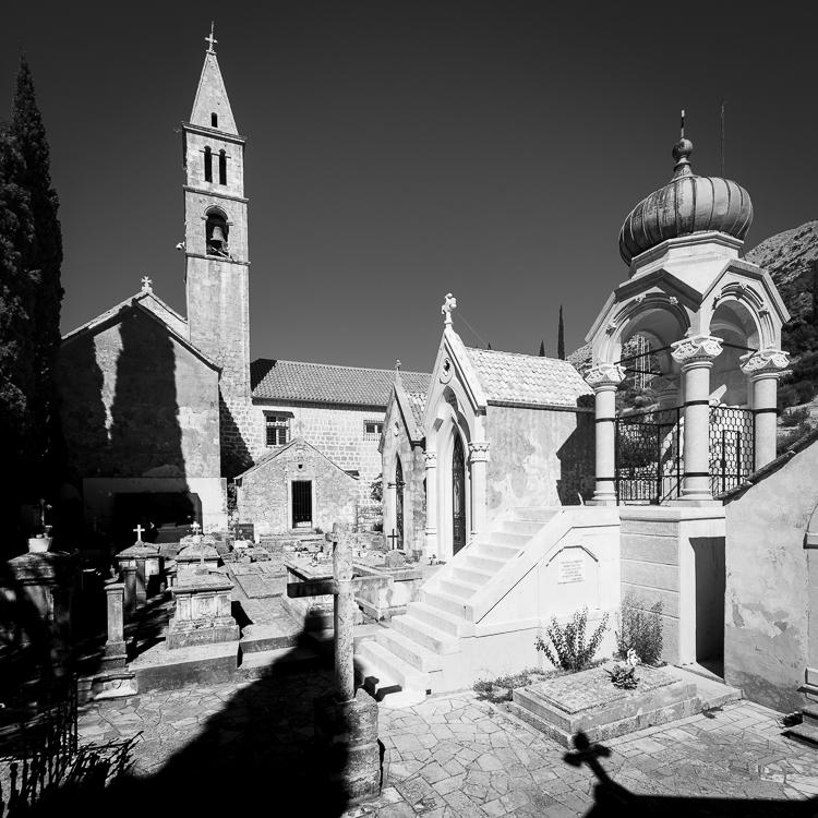 Gräber auf dem Friedhof des Franziskanerklosters bei Orebic mit Blick auf Korcula, Halbinsel Peljesac, Dalmatien, Kroatien