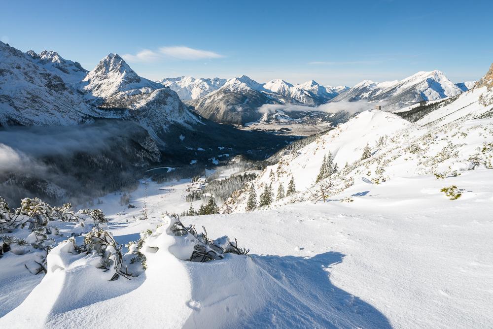 Winterliches Panorama vom Issentalkopf auf das Ehrwalder Becken, Ehrwalder Sonnenspitze, Zugspitzmassiv, Ammergauer und Lechtaler Alpen