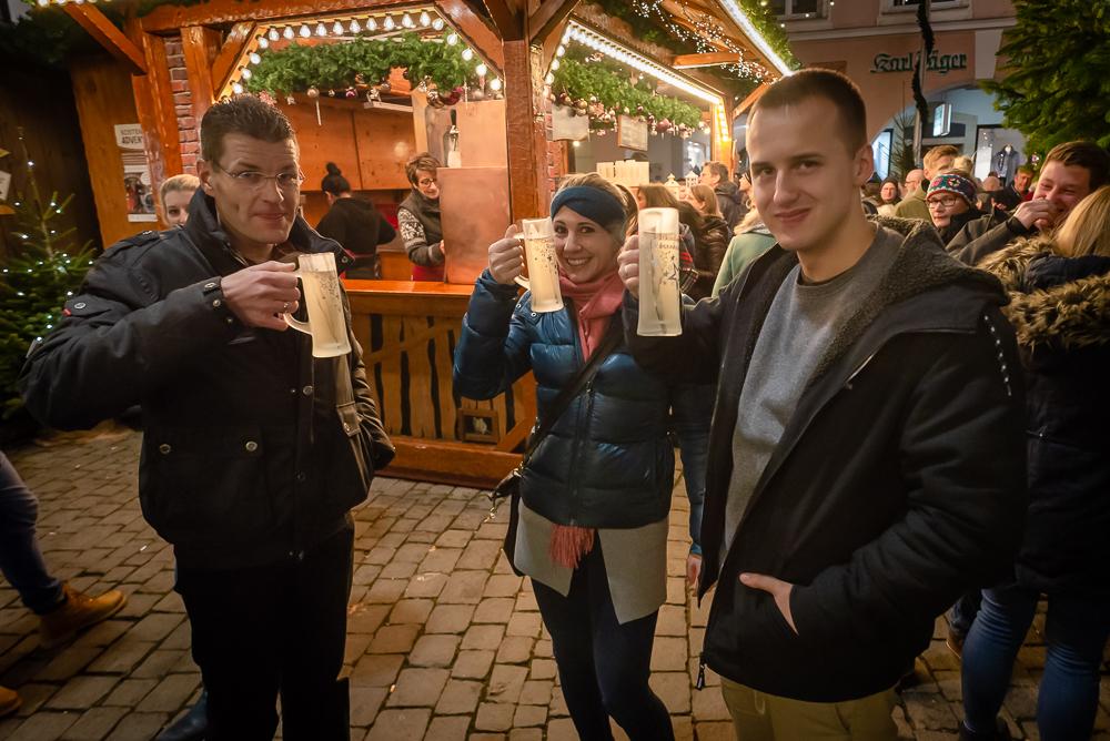 Glühwein trinken auf dem Weihnachtsmarkt Rosenheim 2019