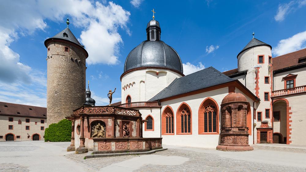 Bergfried, Brunnen und Marienkirche im Burghof gehören mit zu den ältesten Bauten der Festung Marienberg oberhalb von Würzburg, Bayern, Deutschland