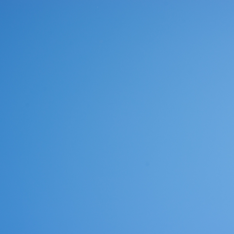 Blauer Himmel ohne Wolken und Flugzeuge
