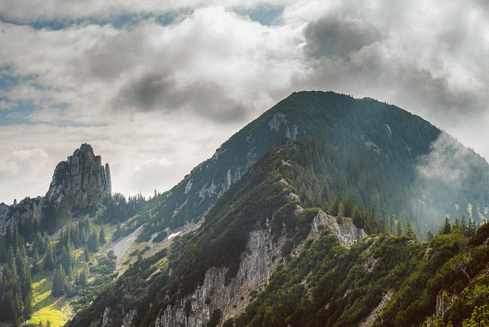 Blick auf den Gipfelgrat zum Risserkogel (1826 m) in den Tegernsee Alpen, Bayern, Deutschland