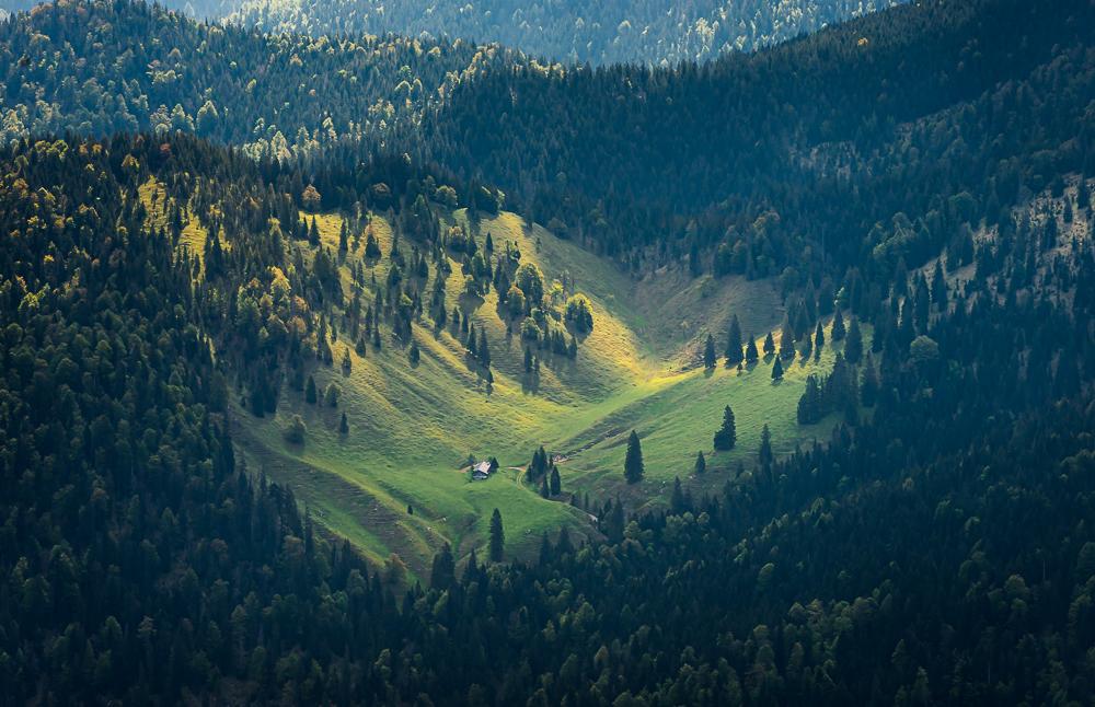 Blick vom Risserkogel auf eine Almhütte im Kogeltbachtal, Tegernseer Berge, Bayern, Deutschland