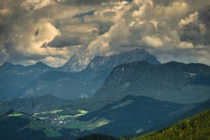Dramatische beleuchtete Wolken über der Bergen im Wilden Kaiser, Tirol, Österreich