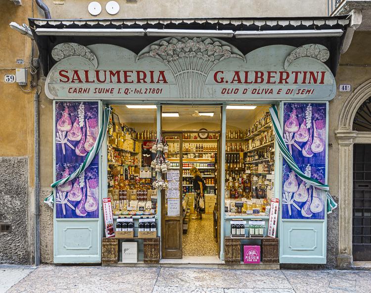 Außenansicht eines Salumeria Feinkost Geschäfts in der Altstadt von Verona
