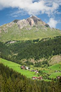 Der Weiler Misci und das Mühlental in Campill unterhalb des Peitlerkofels, Südtirol, Italien