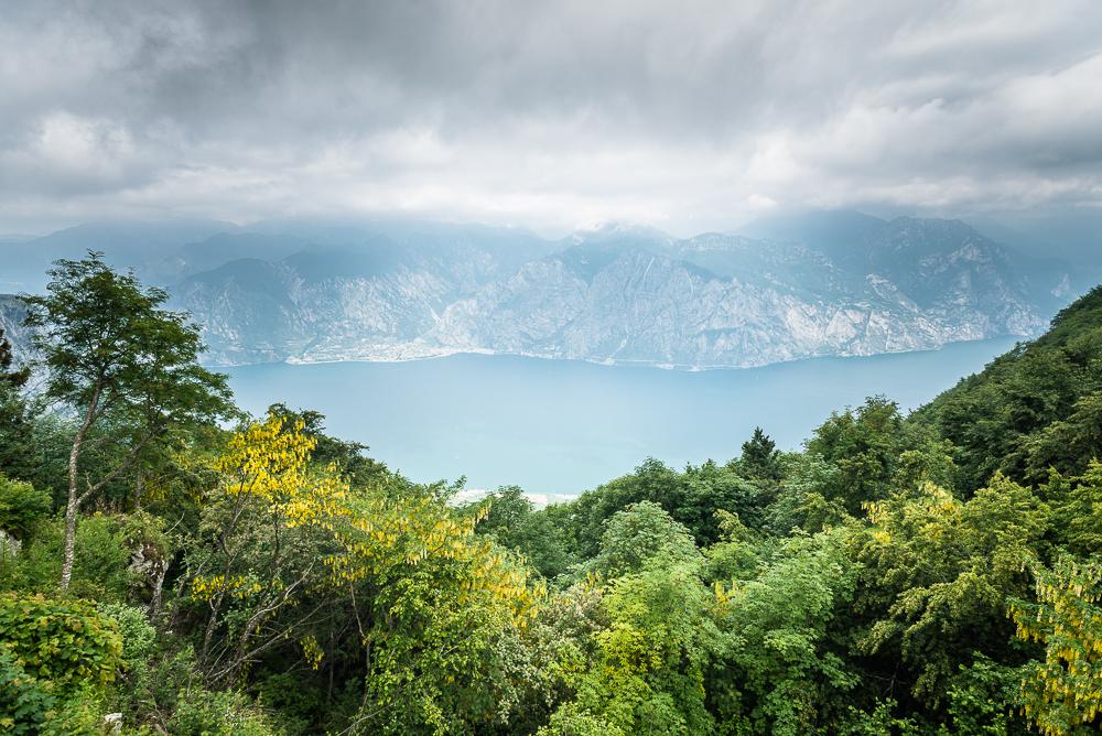 Aussicht vom Gasthof Bocca Navene auf der Panoramastraße am Monte Baldo auf den Gardasee, Trentino, Italien