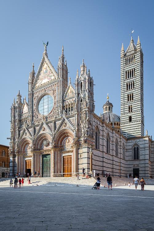 Prachtvoll verzierte Fassade des Hauptportals vom Dom von Siena im Sonnenlicht, Toskana, Italien