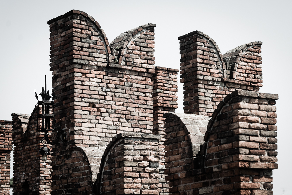 Zinnen und Wehrgänge der Brücke der Burg der Skaliger über den Fluß Etsch in der Altstadt von Verona, Venetien, Italien