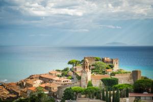Gewittrige Sommerschwüle über der Bastion und Altstadt von Castiglione della Pescaia und dem Tyrrhenischen Meer mit der Insel Giglio, Maremma, Toskana, Italien