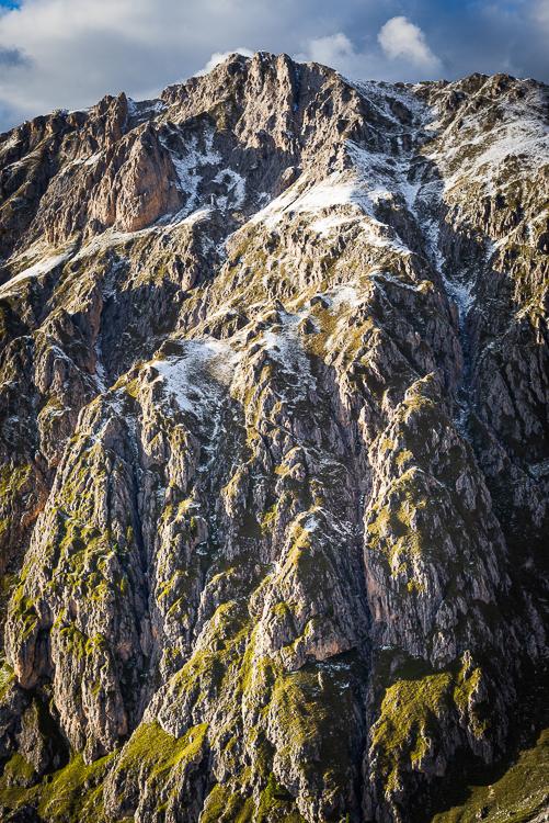 Herbstliche Bergwälder, Felsen, Schrofen und Gipfel der Villnößer Geisler Gruppe oberhalb des Villnößtals in den Dolomiten, Südtirol, Italien