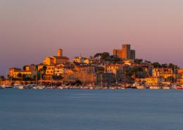 Hafen, Altstadt und Burg von Talamone an der Küste der Maremma im ersten Sonnenlicht bei Sonnenaufgang, Toskana, Italien