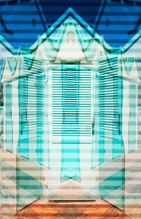 Bunte Umkleidekabinen mit türkisfarbenen Türen und weißer Fassade am Badestrand von Talamone, Maremma, Toskana, Italien