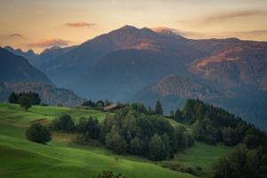 Morgensonne auf den Berggipfeln im Fleimstal, Cavalese, Südtirol, Italien
