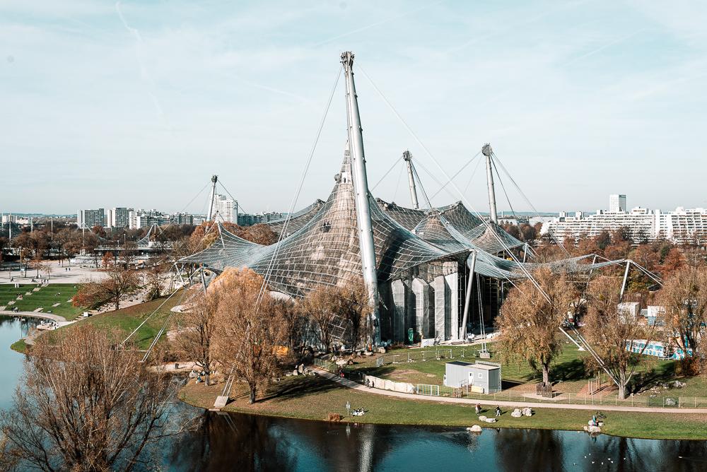 Die Olympia-Schwimmhalle mit dem durchsichtigen Zeltdach im Olympiapark von München, Deutschland