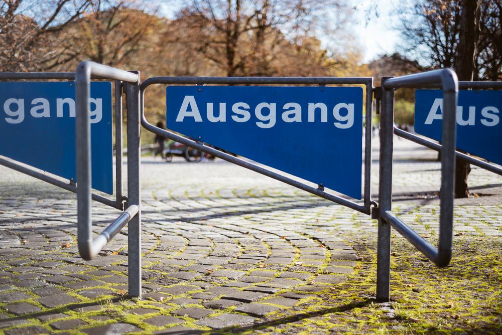 Absperrung aus Metall mit einem Schriftzug Ausgang am Olympiastadion von München