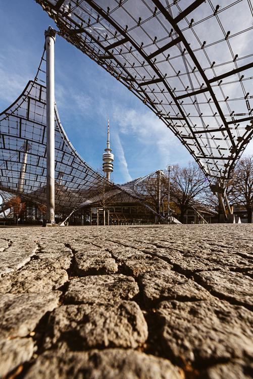 Zeltdachkonstruktion aus durchsichtigem Acrylglas und Stahlträger der Olympiahalle im Olympiapark von München