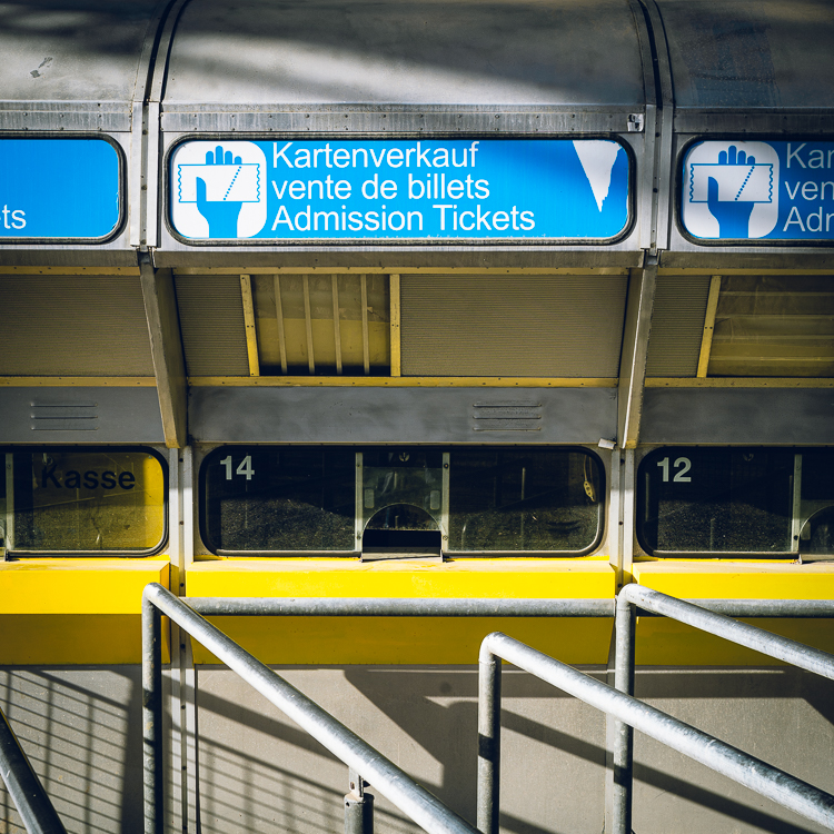 Verwaiste Kassenhäuschen für Entrittskarten am Olympiastadion von München