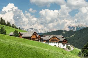 Der Weiler Seres in Campill unterhalb vor den Bergen des Fanes-Sennes-Prags Naturparks, Dolomiten, Südtirol, Italien