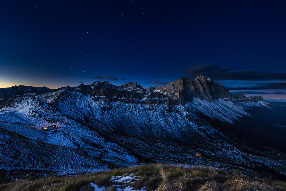 Die Schlüterhütte und Gampenalm vor den Felsen und Bergen der Puez-Geisler-Gruppe in der Morgendämmerung, Dolomiten, Südtirol, Italien