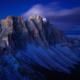 Die Geislerspitzen der Puez-Geisler-Gruppe leuchten in der Morgendämmerung, Dolomiten, Südtirol, Italien
